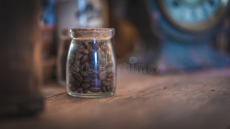 Feijões de café orgânicos Roasted orgânicos frescos nas fotos de vidro do frasco imagem de stock royalty free