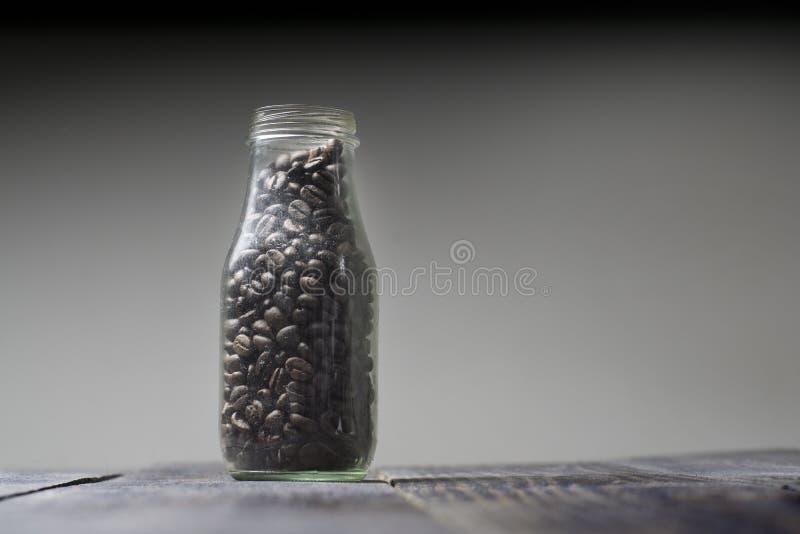 Feijões de café Os feijões de café Roasted são armazenados nas garrafas de vidro sem um tampão de garrafa fotos de stock royalty free