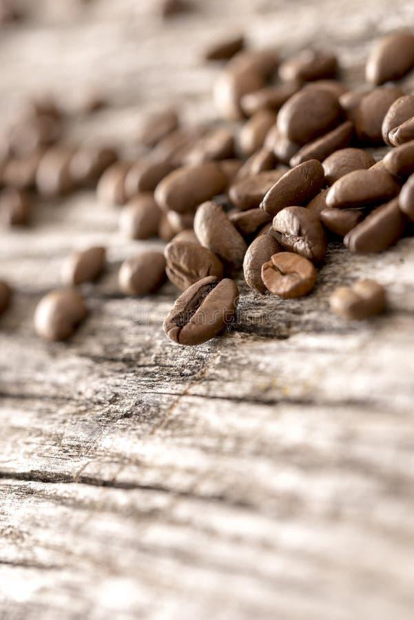 Feijões de café polvilhados no placas de madeira rústicas textured foto de stock