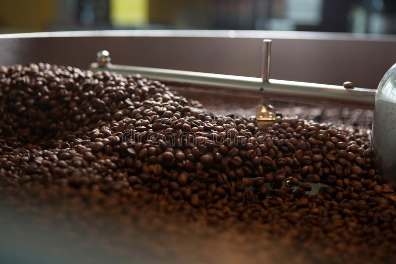Feijões de café recentemente roasted - coffeelover foto de stock