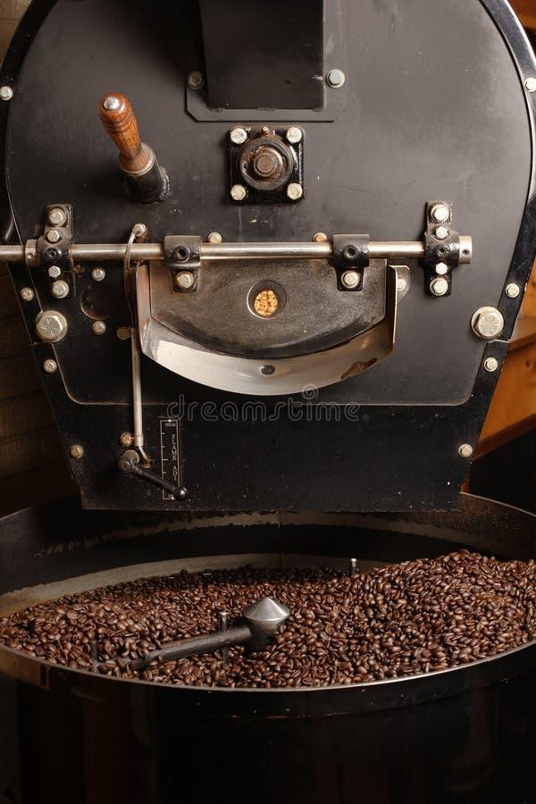 Feijões de café refrigerando do Roaster foto de stock royalty free