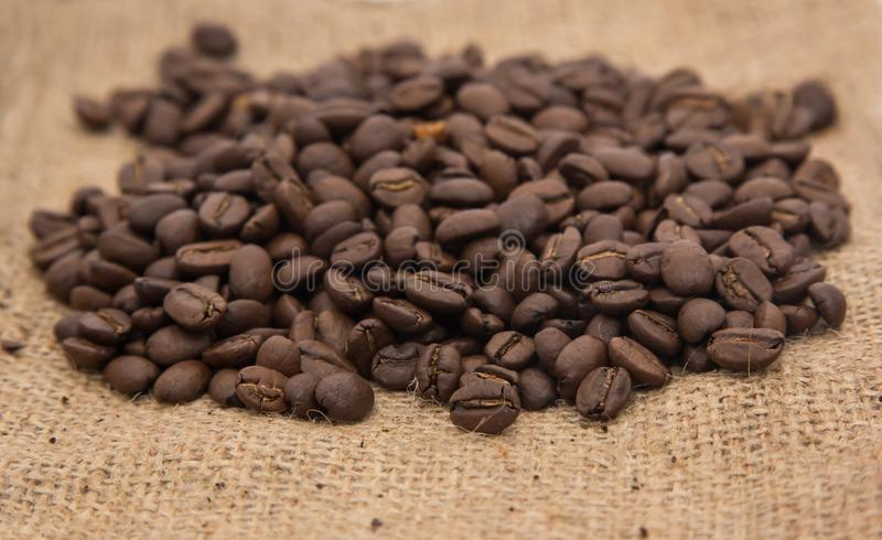 Feijões de café Roasted escuros fotos de stock