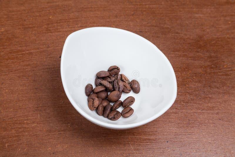 Feijões de café Roasted na bacia foto de stock