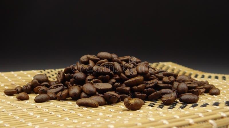 Feijões de café Roasted sobre a madeira no fundo preto imagens de stock