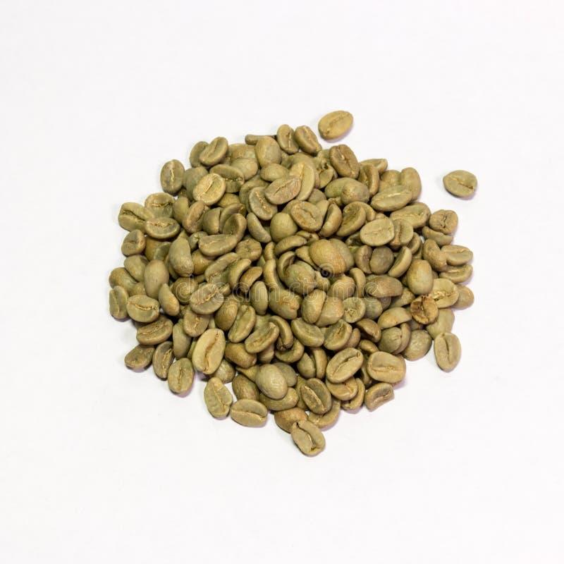 Feijões de café verdes em um fundo branco fotos de stock royalty free