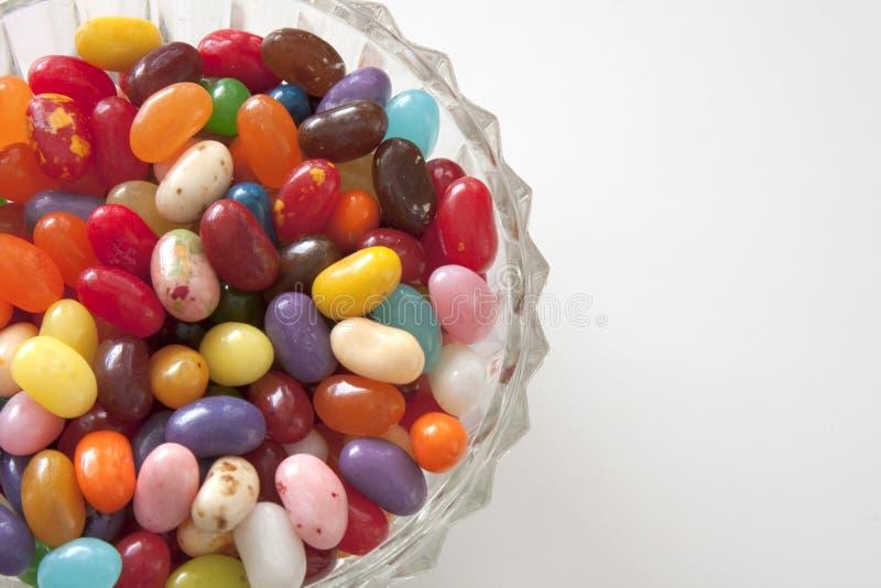 Feijões de geléia no prato de vidro foto de stock royalty free