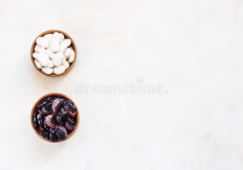 Feijões de marinha na bacia de madeira, também haricot, haricot da pérola, Boston, branco ou feijão de ervilha Sementes secadas d imagem de stock