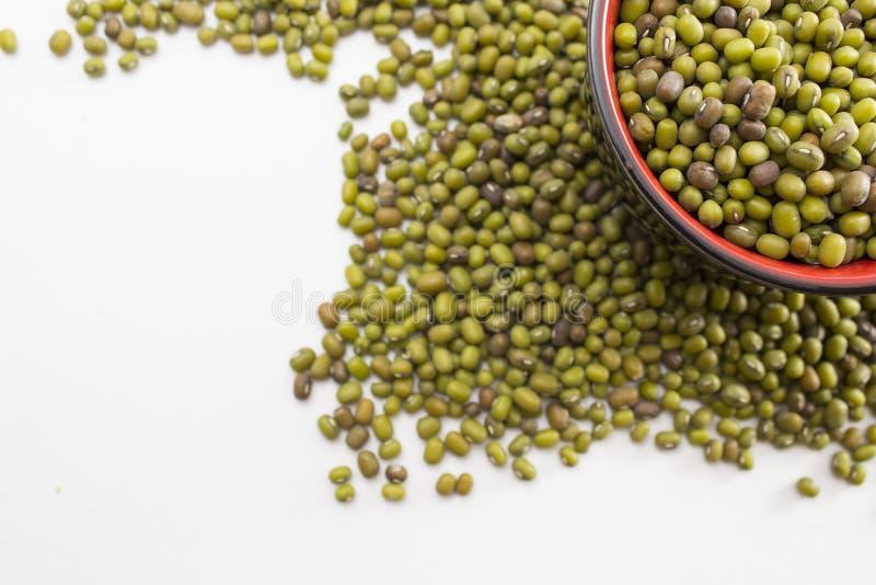 Feijões de mung verdes em uma bacia fotografia de stock