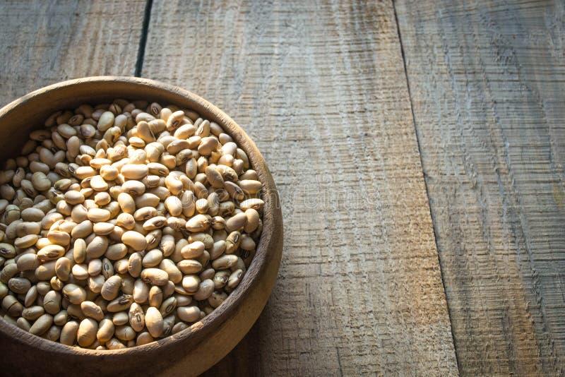 Feijões de soja Roasted na bacia de madeira foto de stock royalty free