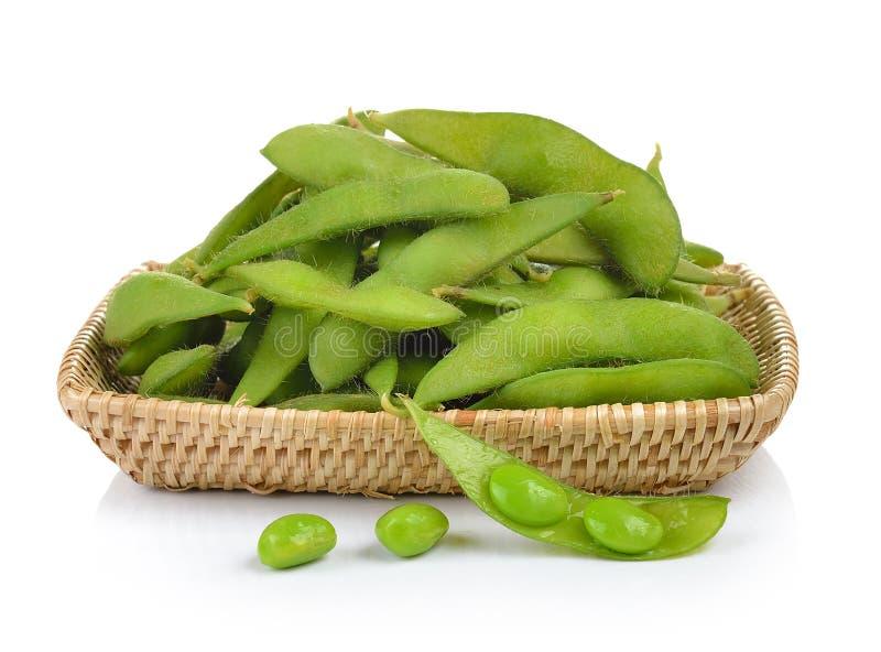 Feijões de soja verdes na cesta no fundo branco imagens de stock