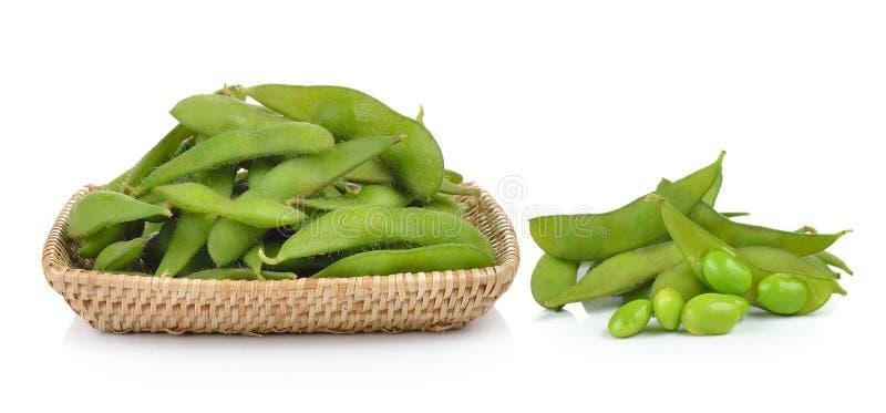 Feijões de soja verdes na cesta no fundo branco fotografia de stock