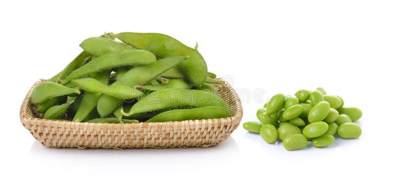 Feijões de soja verdes na cesta no fundo branco imagens de stock royalty free