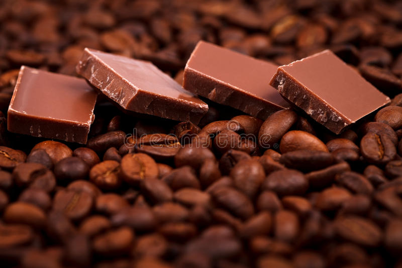 Feijões do chocolate e do coffe imagens de stock