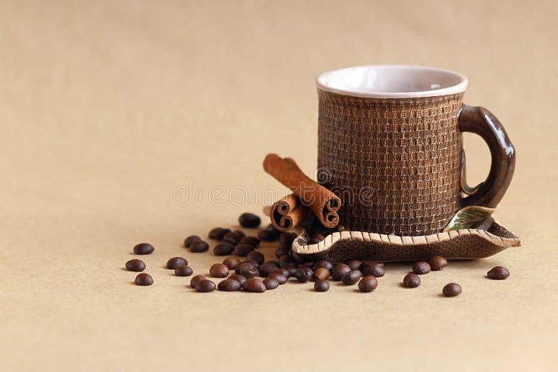 Feijões do copo e de café na tabela fotos de stock royalty free