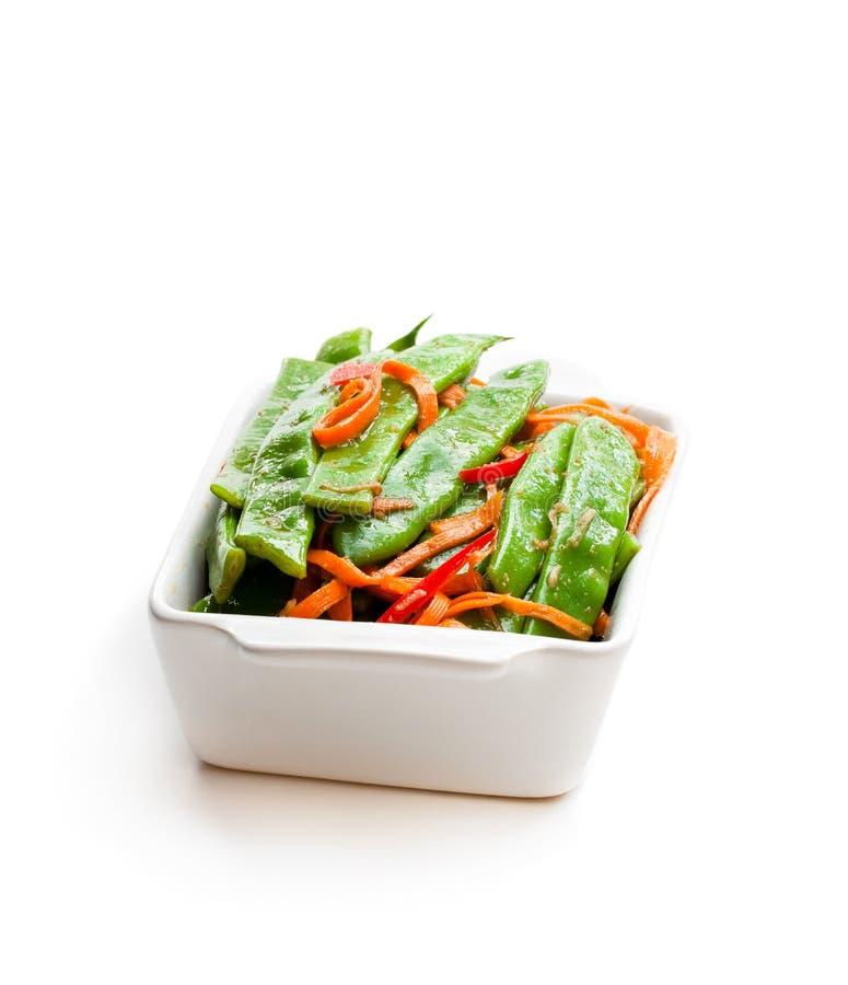 Feijões e cenoura verdes de corda com as especiarias isoladas no branco imagens de stock royalty free