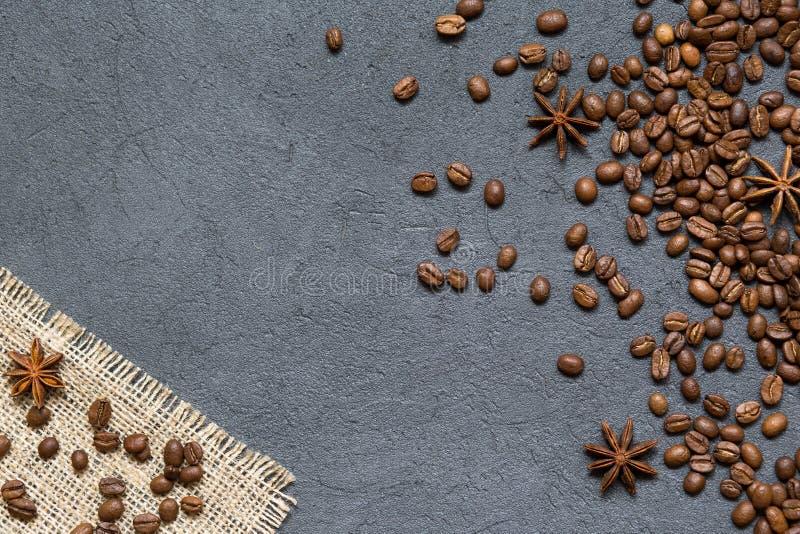 Feijões e ingredientes de café no fundo de pedra preto, vista superior fotografia de stock