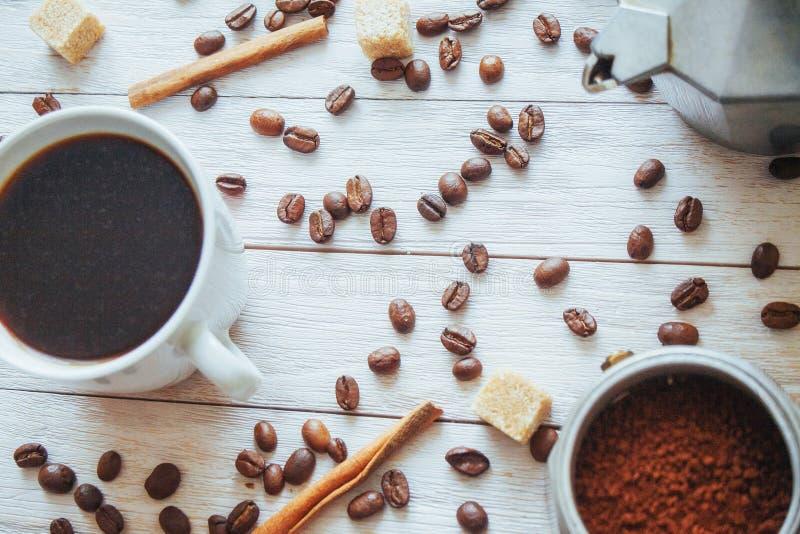 Feijões e xícara de café de café na tabela no fundo foto de stock royalty free