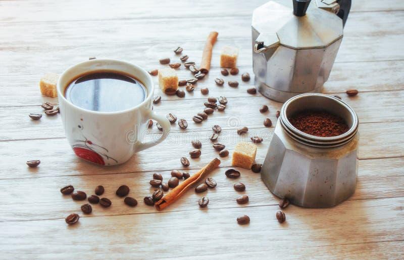 Feijões e xícara de café de café na tabela no fundo fotos de stock royalty free