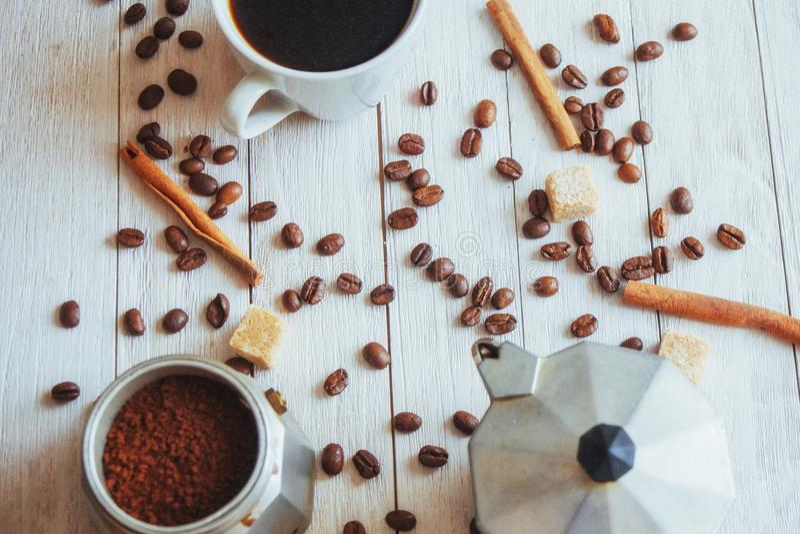 Feijões e xícara de café de café na tabela no fundo imagem de stock