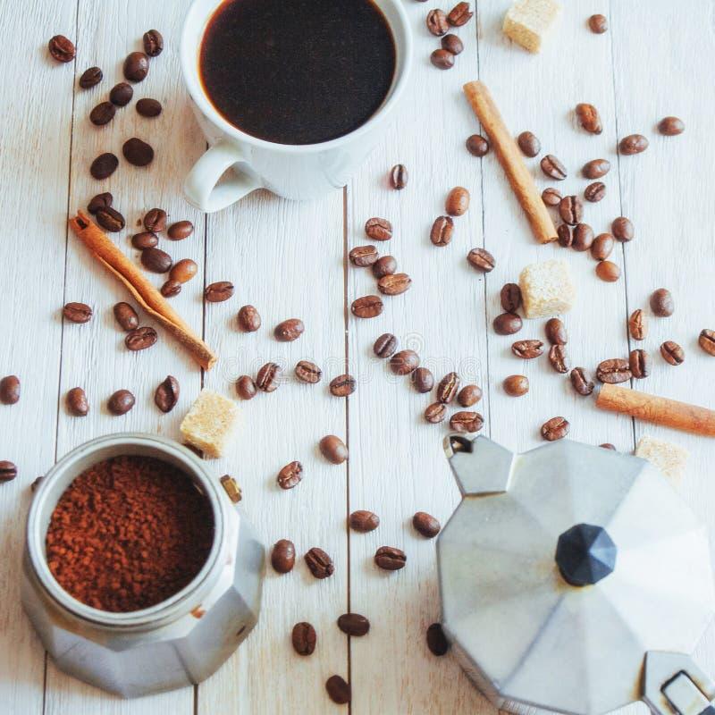 Feijões e xícara de café de café na tabela no fundo imagens de stock royalty free
