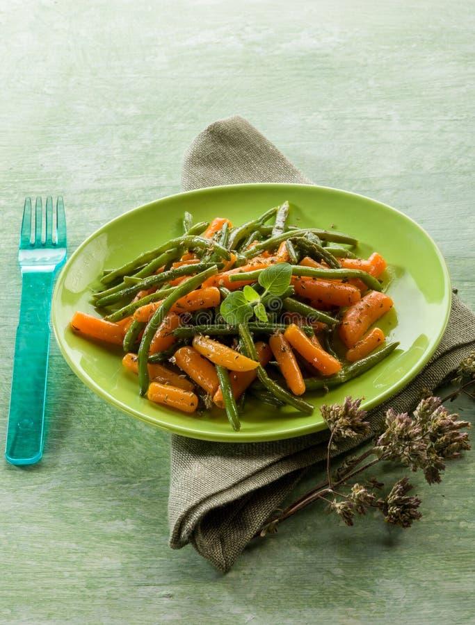 Feijões verdes com cenouras imagens de stock royalty free