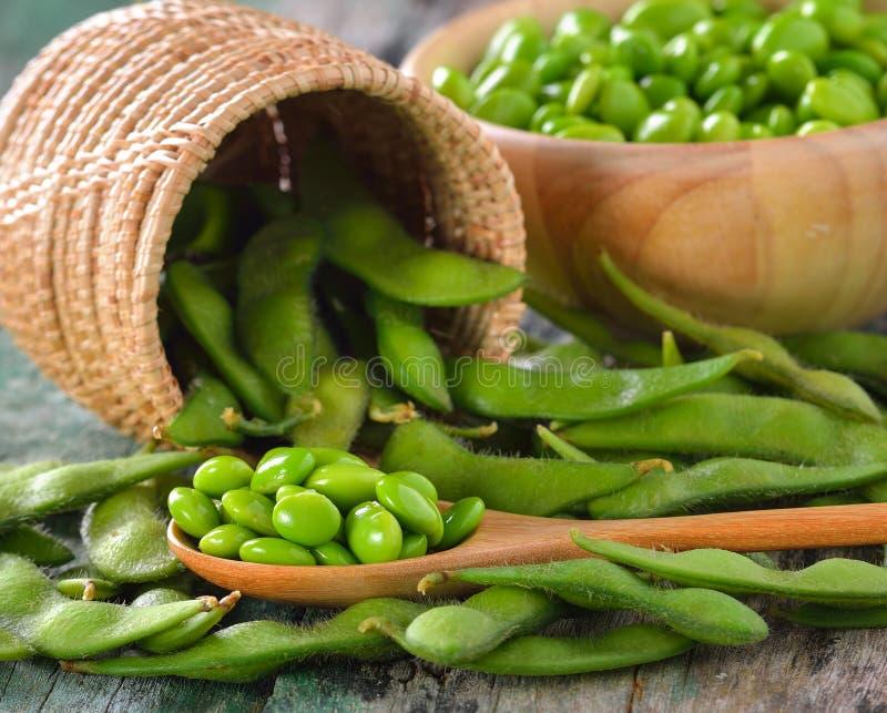 Feijões verdes da soja na cesta na tabela fotografia de stock royalty free