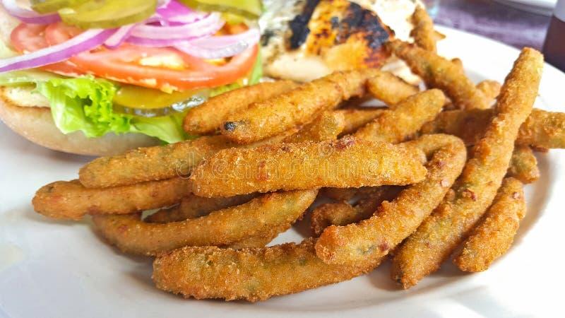 Feijões verdes fritados com sanduíche fotografia de stock royalty free