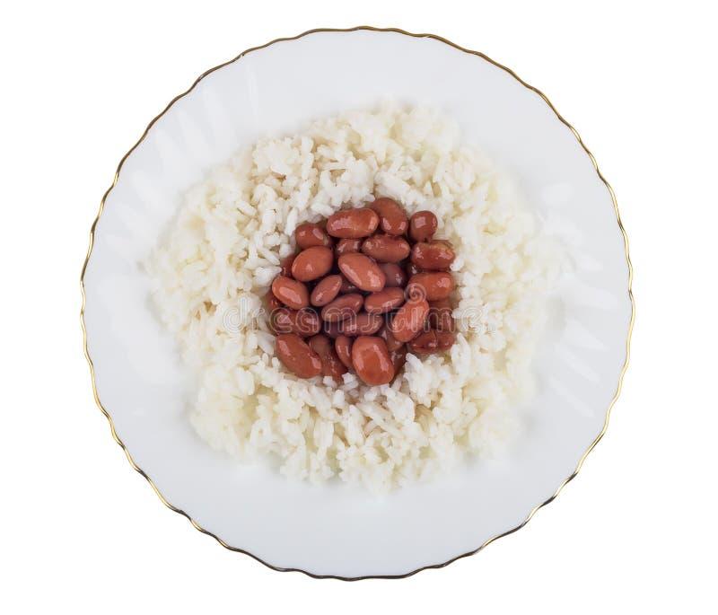Feijões vermelhos com arroz fervido na placa isolada no branco imagem de stock royalty free