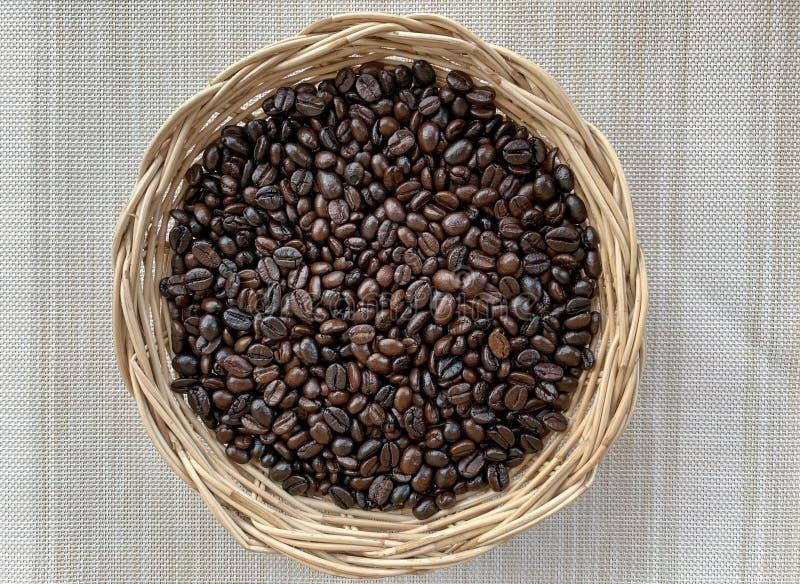Feij?es de caf? em uma bacia fotografia de stock royalty free