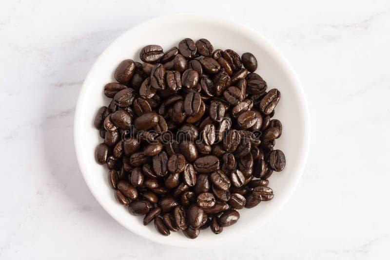 Feij?es de caf? em uma bacia fotografia de stock