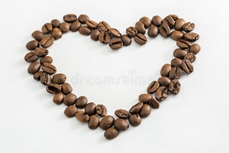 Feij?es de caf? na forma de um cora??o foto de stock royalty free