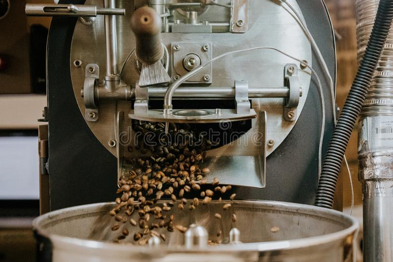 Feij?es de caf? naturais Roasted frescos que conectam fora do caf? industrial Bean Roaster Machine Inside a cafetaria imagem de stock