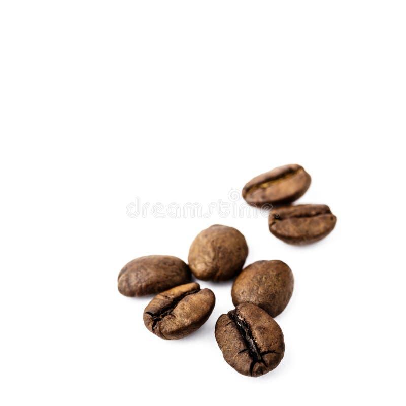Feij?es de caf? no branco foto de stock royalty free