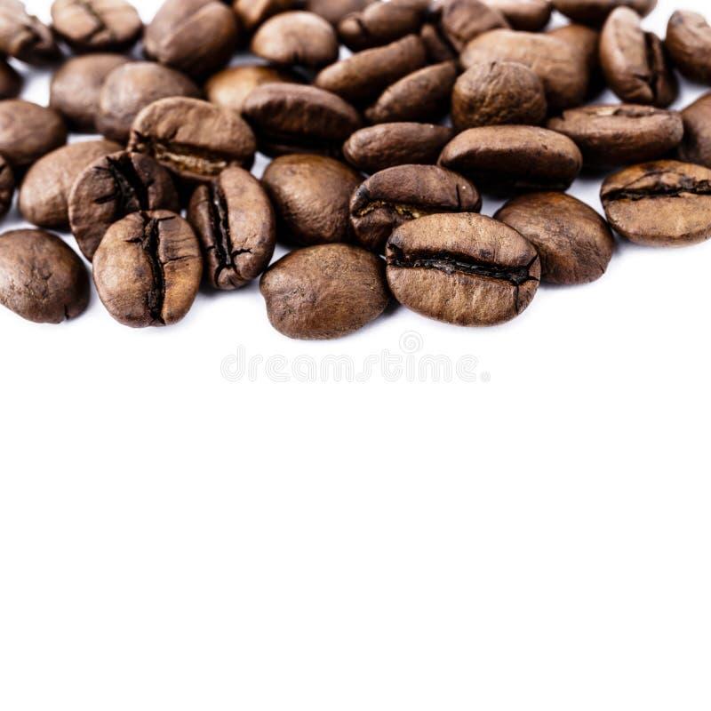Feij?es de caf? no branco imagens de stock royalty free