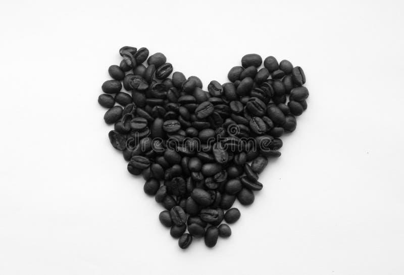 Feij?es de caf? no formul?rio do cora??o em branco em preto e branco imagem de stock