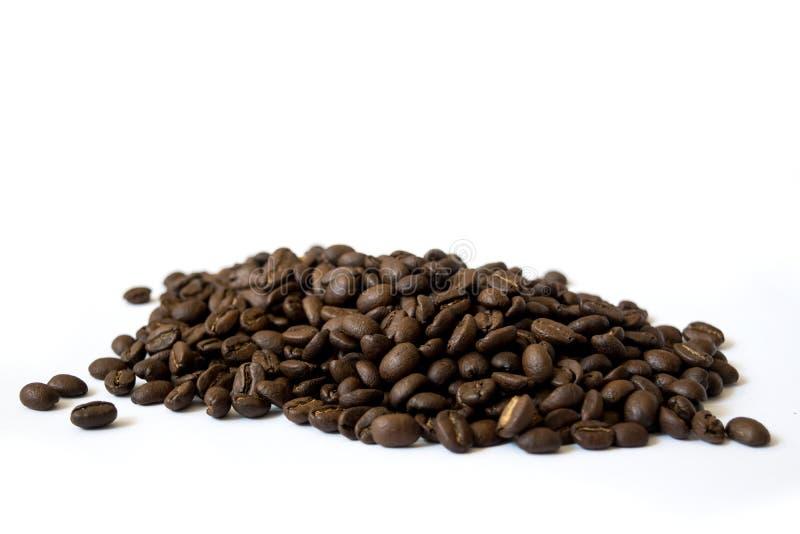 Feij?es de caf? no fundo branco fotografia de stock royalty free