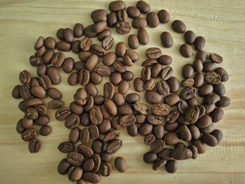 Feij?es de caf? no fundo de madeira da textura fotografia de stock royalty free