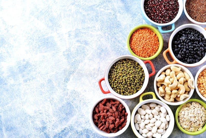 Feij?es de lentilhas vermelhas, de ervilhas, pretos, brancos e vermelhos, porcas - o conceito do alimento saud?vel do vegetariano fotografia de stock