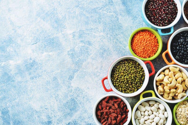 Feij?es de lentilhas vermelhas, de ervilhas, pretos, brancos e vermelhos, porcas - o conceito do alimento saud?vel do vegetariano foto de stock