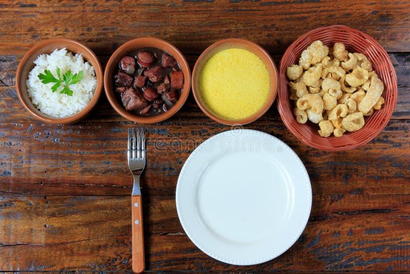Feijoada brésilien, plat traditionnel de la cuisine brésilienne, sur la table en bois image libre de droits