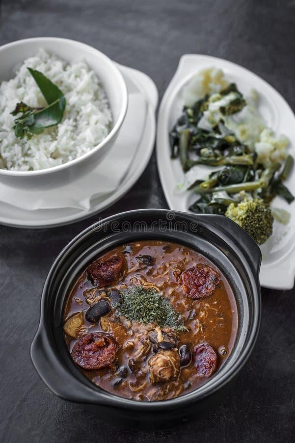 Feijoada da galinha com o traditiona picante rústico português do chouriço imagens de stock