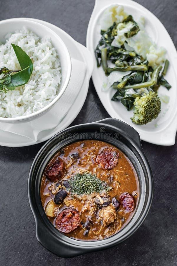Feijoada da galinha com o traditiona picante rústico português do chouriço fotos de stock