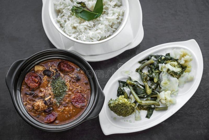 Feijoada del pollo con il traditiona piccante rustico portoghese del chorizo immagine stock