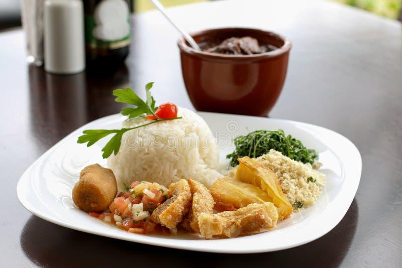 Feijoada den brasilianska typiska maten arkivbilder