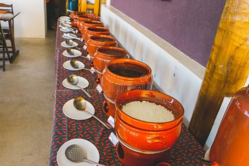 Feijoada et riz avec une certaine cuvette en céramique image libre de droits