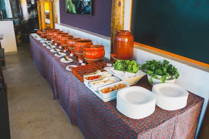 Feijoada et riz avec une certaine cuvette en céramique images stock