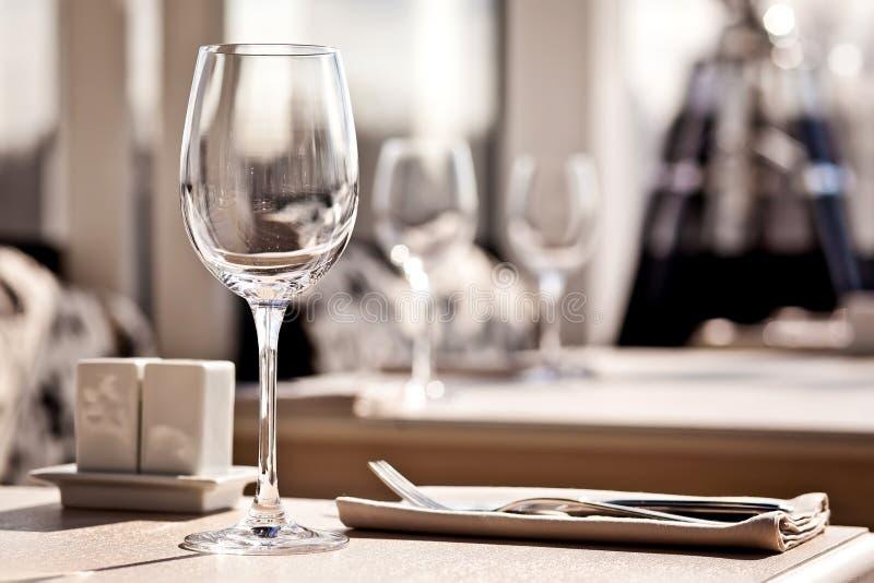 Feine GaststätteAbendtisch-Platzeinstellung lizenzfreies stockbild