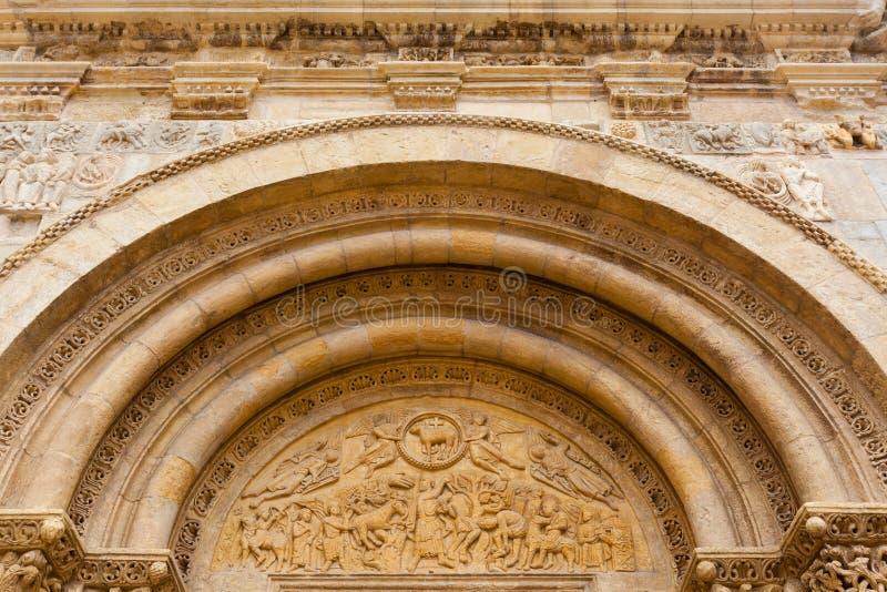 Feine Romanesquearchivolts und -Trommelrad in San Isidoro Leon stockbilder