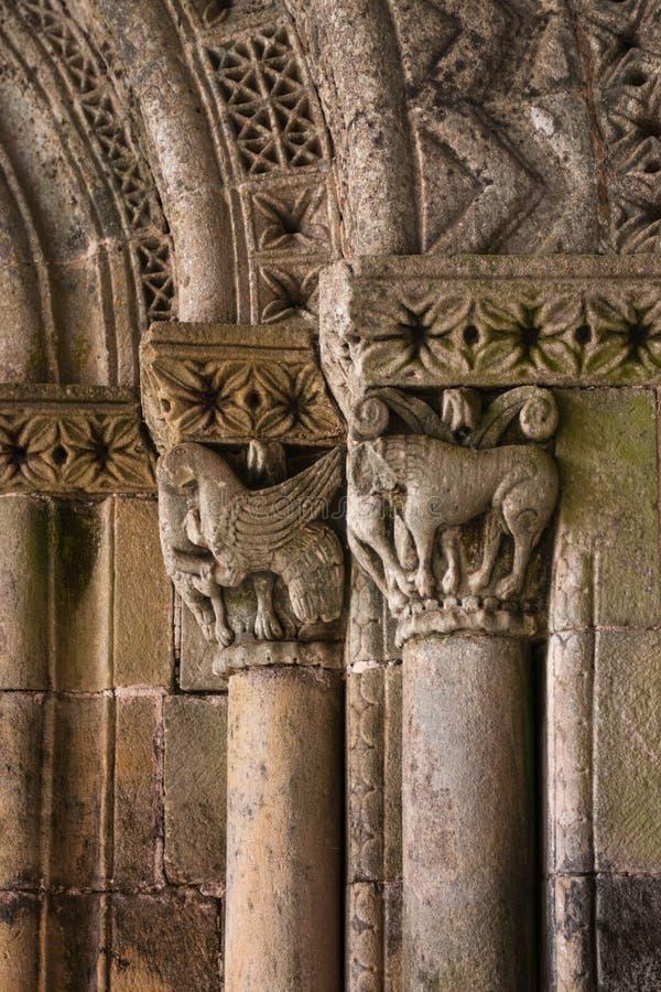 Feine Romanesquekunstdetailarchivolts und -Hauptstädte stockbild
