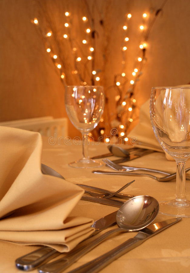 Feine speisende Abendesseneinstellung stockbilder